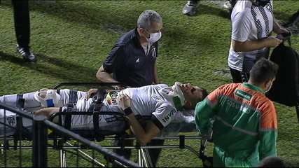 Jogo paralisado para a saída de Frizzo, que vai de ambulância para o hospital após choque de cabeça com Janderson