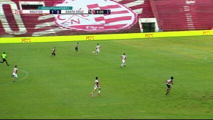 Santa Cruz tem bom contra-ataque, mas poça no gramado acaba atuando como zagueira em favor do Náutico, aos 9 do 1º tempo