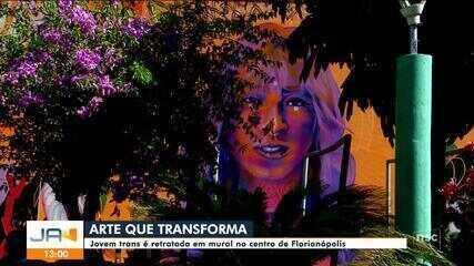 Jovem trans é retratada em mural no centro de Florianópolis