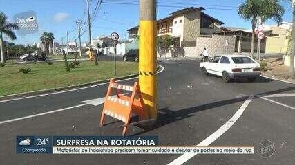 Postes no meio da rua causam riscos a motoristas de Indaiatuba