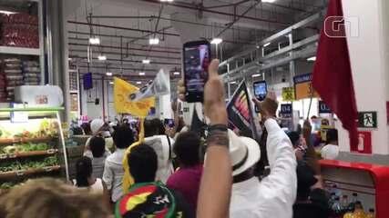 Manifestantes protestam dentro de supermercado em Salvador após mortes de tio e sobrinho