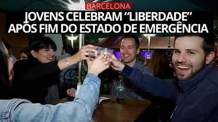 """Em Barcelona, jovens celebram """"liberdade"""" após fim do estado de emergência"""