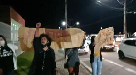 Manifestantes prestam homenagem a Tatiane Spitzner após a condenação de Manvailer
