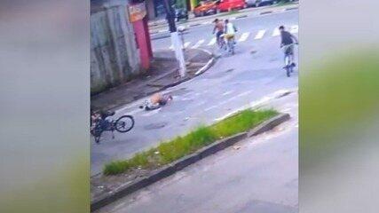 Câmera flagra adolescente sendo atropelado por motocicleta