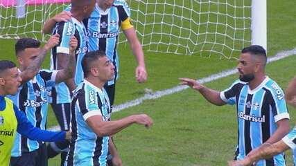 Gol do Grêmio! Lucas Silva cobra falta na área e Diego Souza empata o jogo, aos 14' do 2T