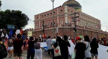 Manifestantes protestam contra Bolsonaro em Manaus; Grupo chega ao teatro Amazonas