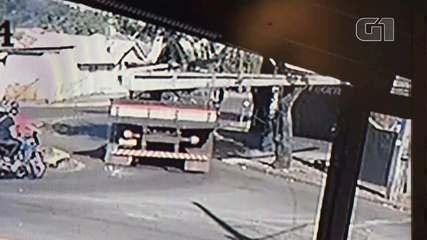 Homem é atingido na cabeça no quintal de casa por poste que caiu de caminhão, em Londrina