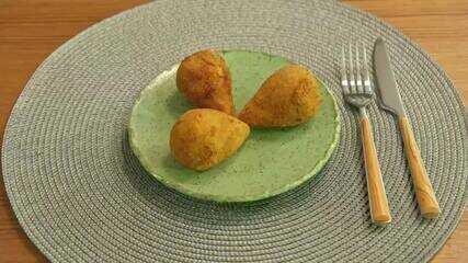 Coxinha de batata-doce com recheio de grão-de-bico