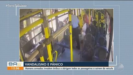 Vândalos invadem ônibus, expulsam passageiros e destroem o veículo em Feira de Santana