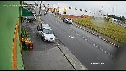 Carro capota após bater na traseira de outro veículo em rua de Tupã