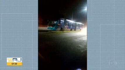 Telespectador flagra quatro ônibus do BRT quebrados na Avenida das Américas