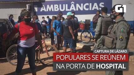 Populares se reúnem na porta de hospital para onde Lázaro Barbosa foi levado em Goiás