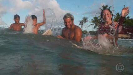 Em Baía Formosa, campeão mundial de surfe divide ondas com surfistas iniciantes