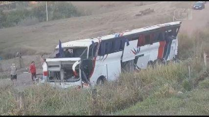 Ônibus cai de ribanceira de 20 metros em Rio Claro, deixando 3 mortos e 37 feridos