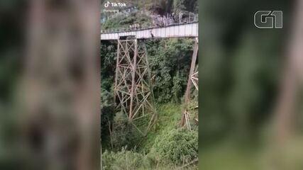 Jovem morre ao pular de bungee jump sem estar presa na Colômbia; imagens são fortes