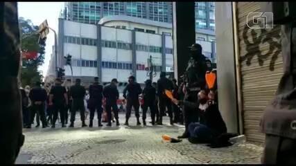 VÍDEO: PM lança spray de pimenta contra manifestantes no Rio; homem foi detido