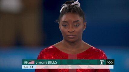 Simone Biles faz aterrissagem conturbada no salto