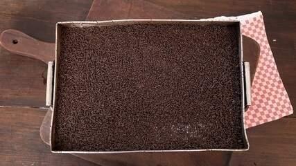 Bolo de chocolate com calda de brigadeiro