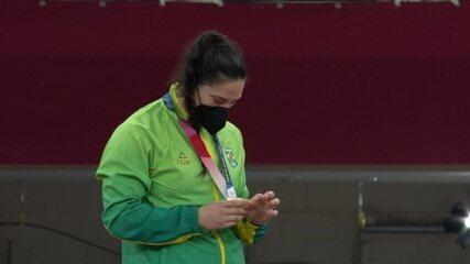 Mayra Aguiar sobe ao pódio para receber medalha de bronze no judô 78kg
