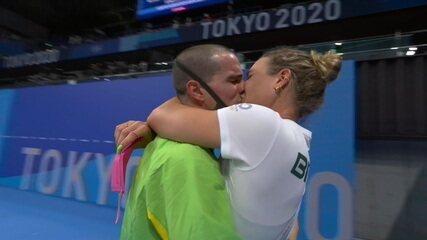 Bruno Fratus quebra protocolo e beija a esposa após receber o bronze - Olimpíadas de Tóquio