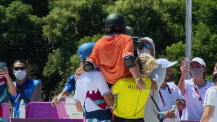Misugo Okamoto não consegue superar Sakura Yosozumi, mas termina carregada por colegas na final do skate park