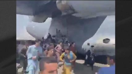 Vídeos mostram afegãos se pendurando em avião em movimento