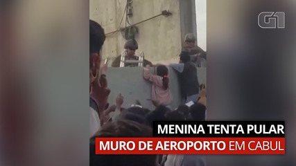 VÍDEO: Menina tenta pular muro de aeroporto em Cabul