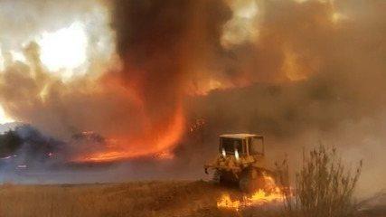 VÍDEO: Tornado de fogo é registrado em incêndio florestal na Califórnia