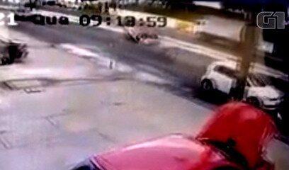 Carro capota após colidir com caminhão