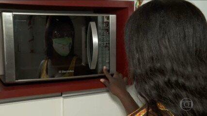 Famílias tentam economizar energia elétrica pra garantir bônus anunciado pelo governo