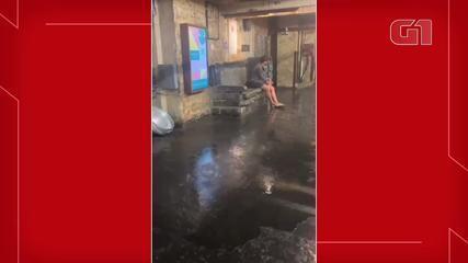 Após forte chuva em Chelsea, em Nova Iorque, água escorre dentro de comércio