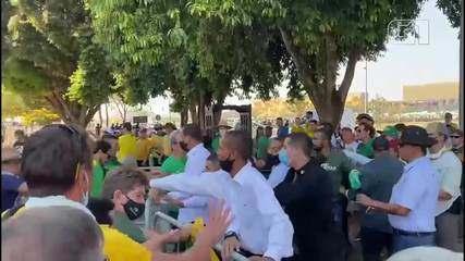 Apoiadores do presidente Jair Bolsonaro retiram grades de proteção na Esplanada