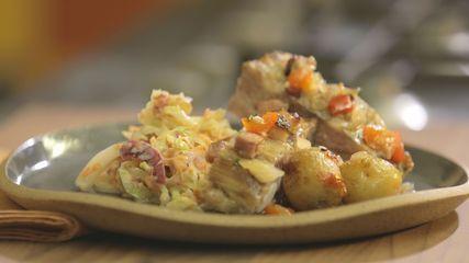 Costelinha assada com batata bolinha e salada de repolho