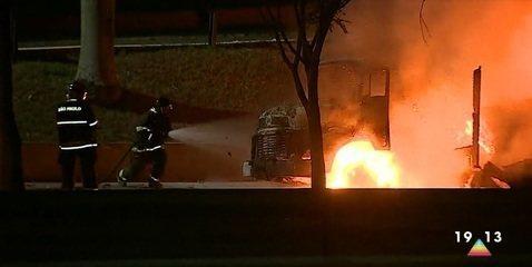 Protesto com queima de carros causa tumulto na Avenida Fundo do Vale em São José