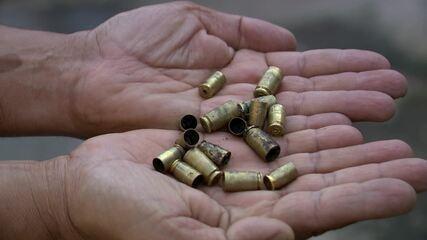 Morador segurando balas disparadas por criminosos em bairro de Vitória