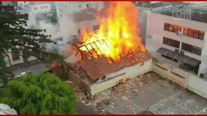 Incêndio atinge barracão de madeira abandonado