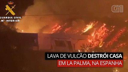 Momento em que a corrente de lava do vulcão destrói uma casa em La Palma, na Espanha