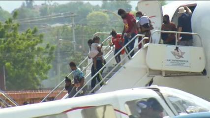 Gli Usa rimpatriano i migranti trattenuti sotto un ponte al confine con il Messico