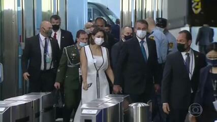 Bolsonaro diz que Michelle se vacinou nos EUA; políticos e infectologistas criticam