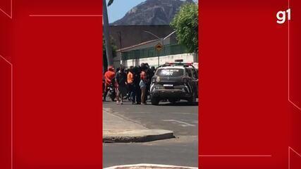 Testemunha filma movimentação fora da escola após caso de ameaça em Mucambo, no Ceará.