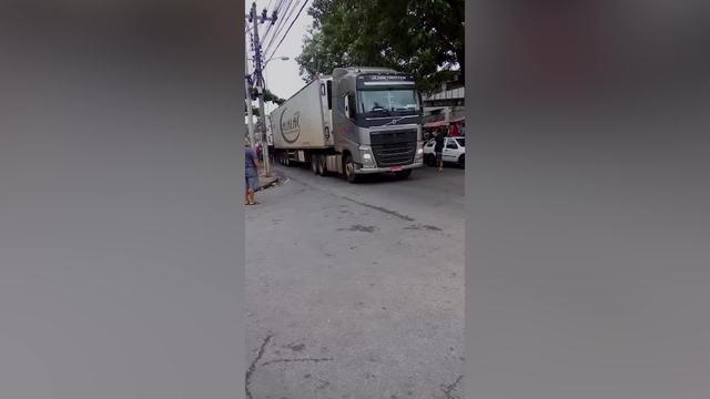 PM conseguiu recuperar o caminhão com produtos ainda no seu interior em um acesso à comunidade Para-Pedro