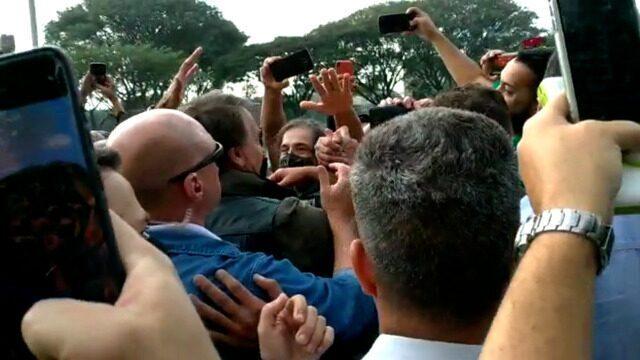 O presidente Jair Bolsonaro provoca aglomeração com apoiadores ao chegar à motociata, em São Paulo.  Imagens: Guilherme Caetano