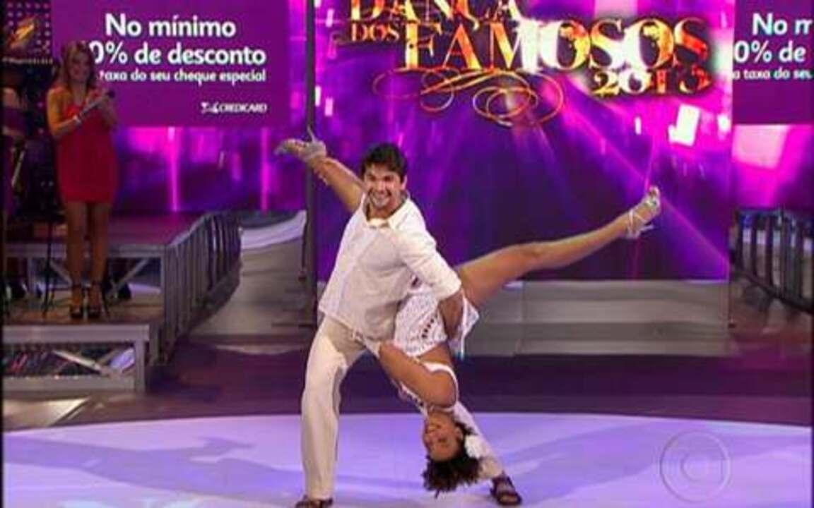 Sheron Menezes levanta poeira dançando forró
