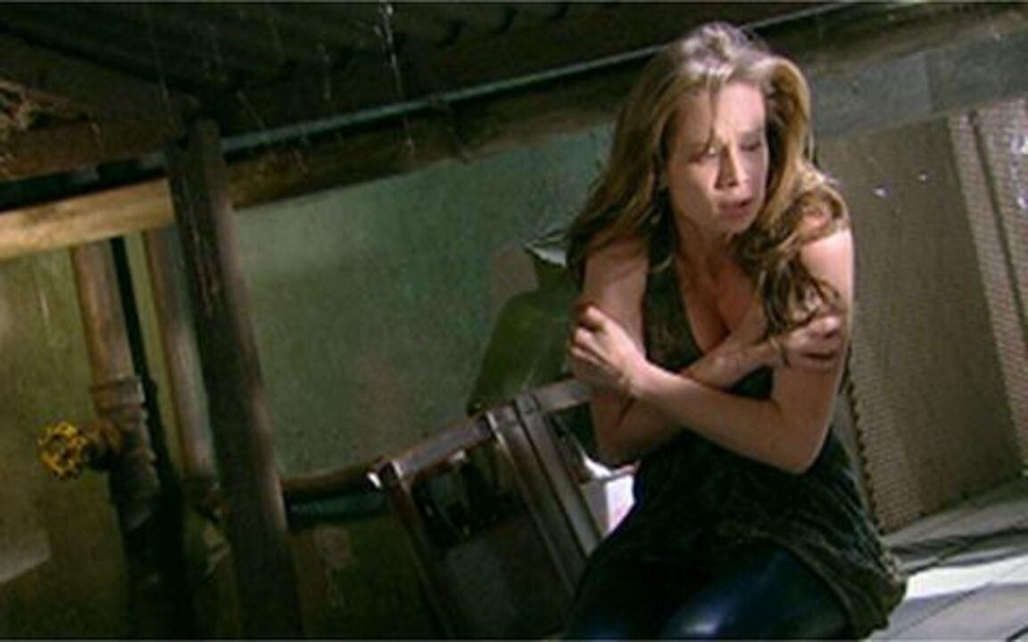 Passione - Capítulo de Sábado, 04/09, na íntegra - Policiais invadem a pensão de Valentina, deixando Clara desesperada