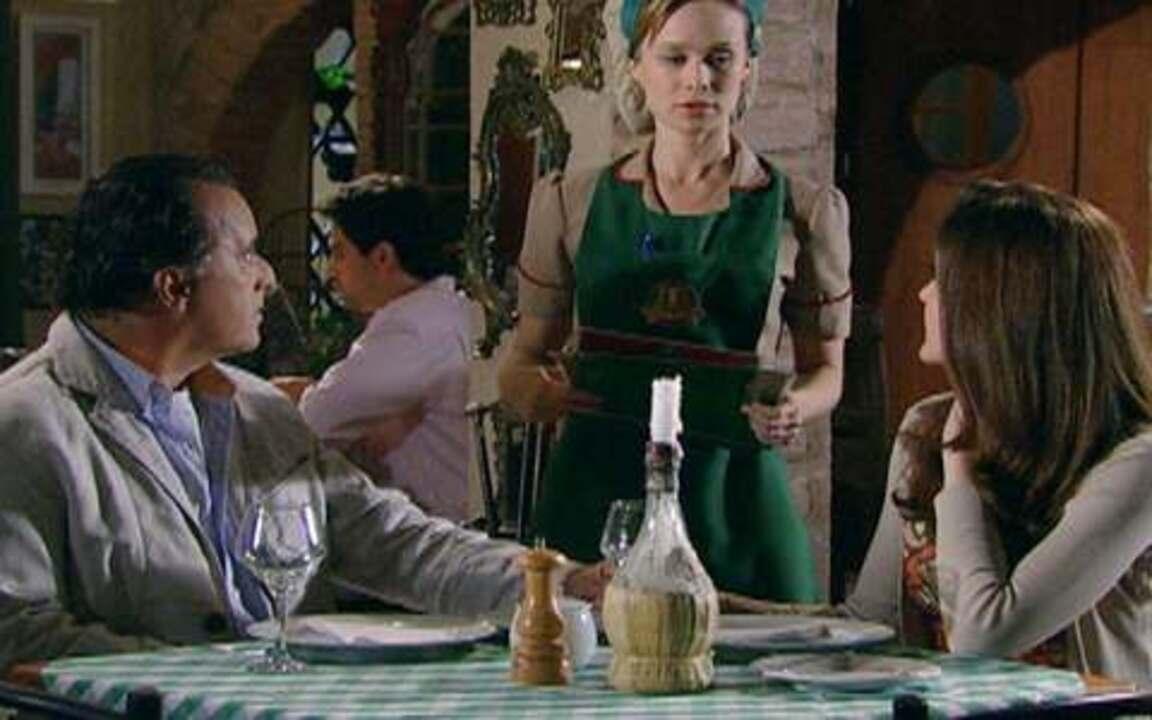 Passione - capítulo de sábado, dia 25/09/2010, na íntegra - Clara fica sem graça ao ver que a mesa que ela está atendendo é a de Totó e Felícia.