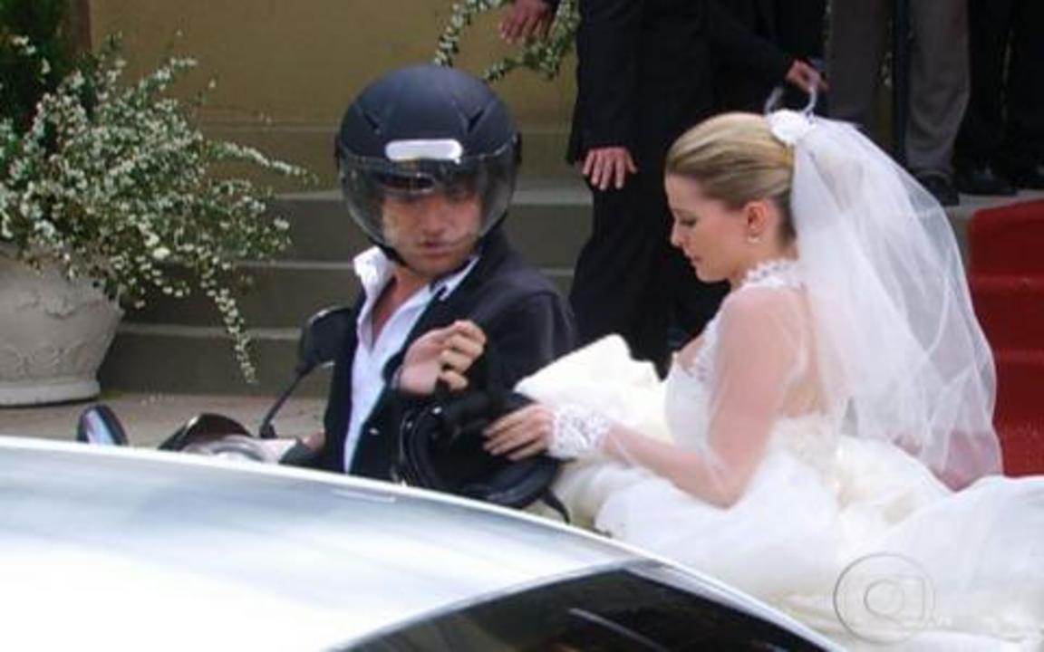 Ti-ti-ti - capítulo de quinta feira, dia 30/09/2010, na íntegra - De carona na moto de Luti, Camila foge de seu casamento