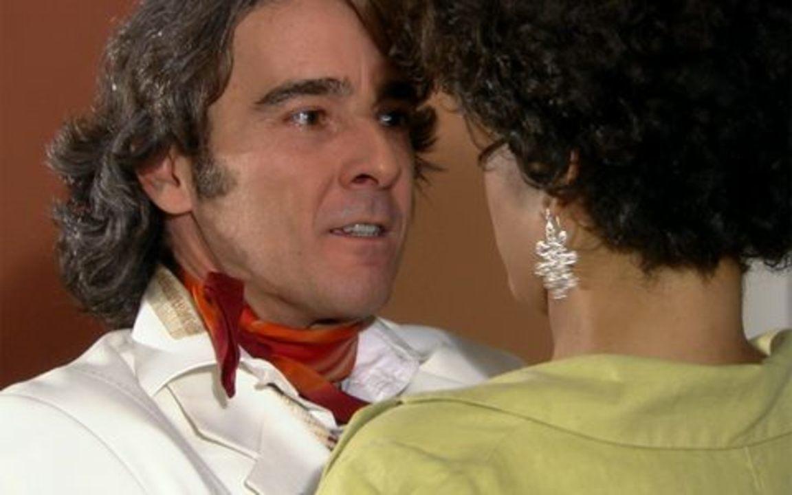 Ti-ti-ti - capítulo de quarta feira, dia 24/11/2010, na íntegra - Edgar vai até a casa de Giancarlo atrás de Marcela. O batom de Victor Valentim é um sucesso. Jacques Leclair pede Clotilde em casamento