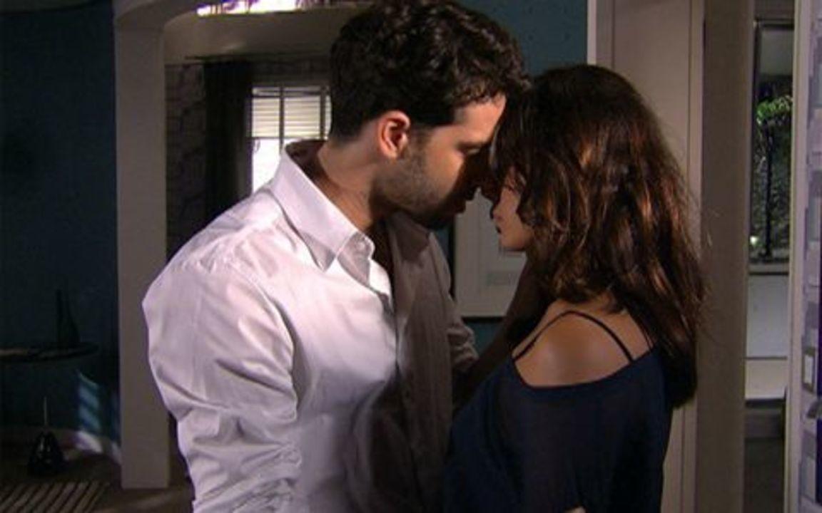 Ti ti ti - capítulo de segunda feira, dia 14/02/2011, na íntegra - Marcela e Renato se beijam