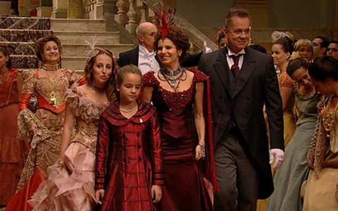 Capítulo de 16/04/2011 - Cícero sugere que Açucena vá com ele e Jesuíno ao baile, mesmo sem o consentimento dos pais. Ternurinha e Neusa aprensentam Dora e Filó como as 'verdadeiras Auroras'