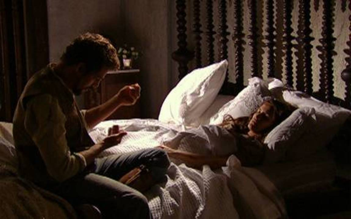 Capítulo de 07/05/2011 - Após acidente, Timóteo entrega Açucena desacordada para Jesuíno. Felipe se surpreende ao ver retrato de Açucena na casa de Euzébio.